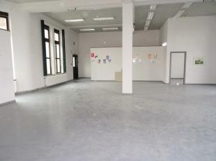 Situé au deuxième étage avec ascenseur et escalier. La location comprend 3 wc séparé, un local technique, un bureau