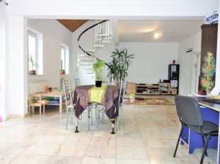 Appartement duplex proche du centre-ville et des grands axes. Composé d'un grand salon - salle à manger, une buanderie et une cuisine &e