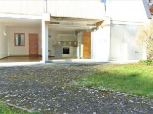 Espace commercial situé au rez-de-chaussée avec entrée privative. Composé d'un grand hall d'entrée/salle d'attente,