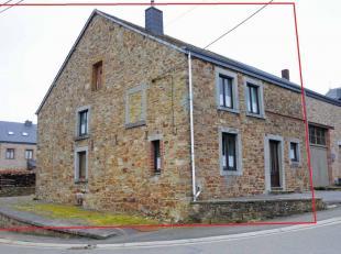 In het dorp Haut-Fays, gemeente Daverdisse, wacht dit grote natuurstenen gebouw op een mooie renovatie. Het biedt een heel groot inrichtingspotenti&eu
