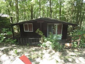 Barvaux: petit chalet composé de 2 chambres, séjour, cuisine ,wc, coin sanitaire. terrain de 11a77. Rens: 0477/521065