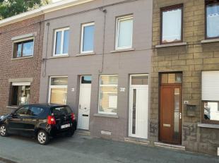 Très jolie petite maison 2 façades entièrement rénovée. Composée d'un salon, cuisine - salle à manger