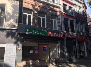 Mons, Rue Samson 1. Faisant partie du piétonnier. Immeuble commercial ( toute destination) avec 2 grandes vitrines. Rez-de-chaussée: +/-