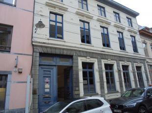 Mons, rue Neuve 18, 120m² d'espace bureaux en plein centre ville, répartis sur deux niveaux et situés dans l'arrière-cour d'