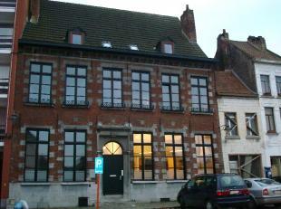Mons rue du Parc 19, dans une maison de maître située dans un beau quartier de la ville, très bel appartement de caractère,