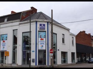 Mons, Avenue de la Joyeuse Entrée 84-86. Sur axe principal à l'entrée de Mons. Magnifique immeuble commercial sur plusieurs nivea