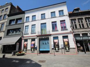 Mons- Rue des Fripiers 11. Très joli rez-de-chaussée commercial en plein centre-ville de Mons à 20m du pietonnier. Comprenant : 2