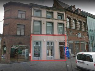 Très beau rez commercial de +/- 90m² + petite mezzanine de 15m² (bureau) comprenant: surf. com (act salon de coiffure), mais possibil