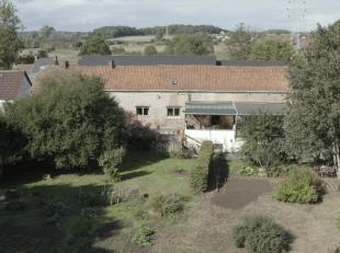 Agréable fermette de 240 m² bruts avec grand jardin sur 26 ares exposé Sud. Située dans une impasse calme du village de Triv