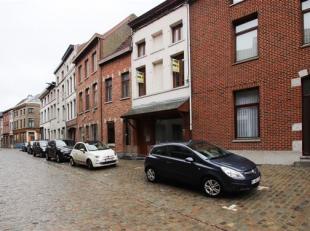 Ancien commerce transformé en maison en centre-ville composé comme suit: Rez: hall d'entrée, living, petite cuisine, caves. &Eacu