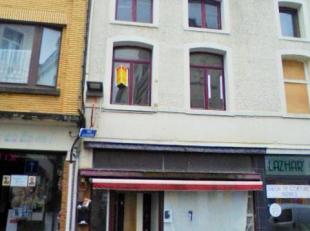 Immeuble commercial très bien situé en zone piétonne avec de beaux volumes : 3 pièces bas, salle de bain, cour ferm&eacute
