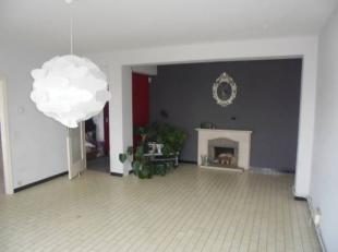 bel appartement d'un bon 80m² face à la gare au 5ème étage avec ascenseur : hall d'entrée, living, cuisine semi-&eacu