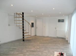 Bel appartement triplex (112 m²) avec terrasse + emplacement parking privatif et cave. Le bien comprend: un living lumineux (32mÂ&su