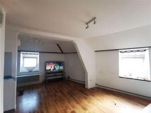 Situé dans un quartier calme. Bel appartement 1er étage composé d'un grand salon, une cuisine équipée, une chambre,