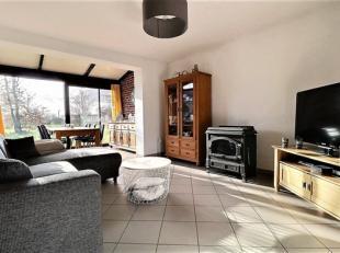 Agréable petite maison de village comprenant au rez-de-chaussée : Living avec baie vitrée, cuisine équipée ouverte,