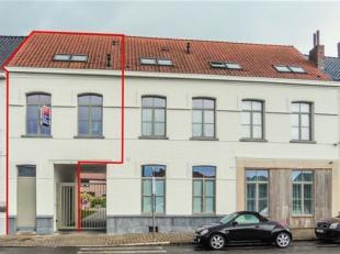 Triplex entièrement rénové de 85m2 comprenant au RDC : Hall d?entrée, buanderie ; 1er étage : living très lu