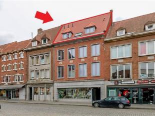 Très bel appartement entièrement rénové en plein centre de Tournai comprenant : Hall d'entrée, toilette, beau livin