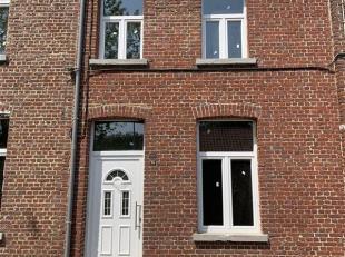 Charmante maison 3 chambres avec jardin entièrement rénovée. Vous y retrouverez un living, une cuisine ainsi que 3ch, 1 sdb et un