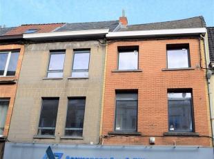 Appartement rénové situé au centre de la ville d'Ath comprenant : Hall, salon, cuisine, 2 chambres, salle de douche, buanderie. L
