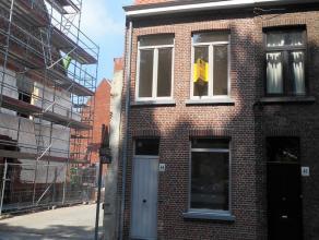 Deze volledig gerenoveerde driegevel-woning werd pas opgeleverd. Bij het binnenkomen van de woning is er in de inkomhall, een toilet en een bergruimte
