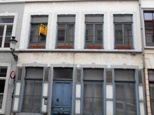 Te renoveren burgerswoning nabij de St. Annakerk. Glvl : riante inkomhal, bureel, living, keuken en stadstuintje. 1e verdiep ; ruime living, keuken 2d