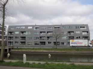 Zeer mooi hoekappartement gelegen langs de Damse Vaart. Inkomhal, ruime living, open geïnstalleerde keuken, zonneterras. Slaapkamer 1 met douchek