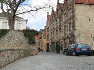 Authentieke bel-etage 'room with a view' hartje Brugge. Origineel ingedeeld, om maximaal van het zicht te genieten. 1ste verdiep : ruime slaapkamer, b