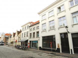 Prachtige winkel  zelden gezien  3 ineenlopende ruimtes/salons met hoog plafond (molures, rozas), brede massief eiken plankenvloeren, stalen ramen/deu