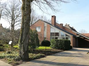 Op de rand van de Kasteelbossen ten zuidwesten van Brugge en in de rust van de Priorij van Bethanie en de Abdij van Zevenkerken ligt deze energiezuini