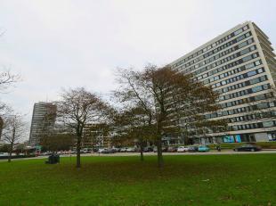 Oostende, de Koningin der badsteden.<br /> De ligging, uitzichten en indeling van dit hoekappartement zijn even royaal.<br /> Vlakbij alle invalswegen