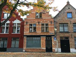 Het middelste in een ensemble van stadswoningen, diep- en breedhuizen op een AAA-locatie tussen het Prinsenhof en de Sint Jakobskerk.<br /> De histori
