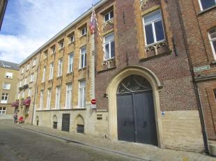 15e eeuw  in dit pand in het hart van het toenmalige Brugse handelscentrum vestigde de Duitse Hanze, de Oosterlingen, die handel dreven over geheel Eu
