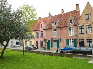 Het perfecte plaatje : idyllisch gelegen rond de 13e eeuwse Kerk, waar tal van kunstenaars als Memling, Blondeel en Pourbus liggen begraven, weg van a