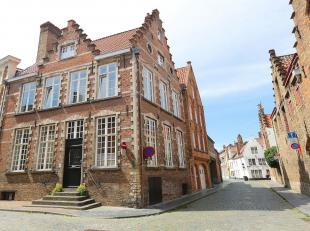 Hoekpand met dubbele trapgevel, 17e eeuwse kern.Rustige locatie tussen de Schouwburg en de Biekorf.Straat en omgeving zijn rijk aan grote herenhuizen