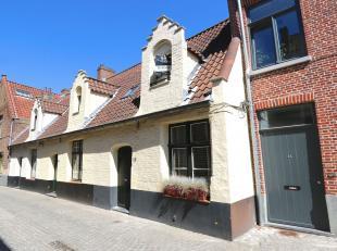 Toplocatie in een pittoreske verkeersarme straat hartje Brugge, op een steenworp van de Markt, alle winkels om de hoek.Het eerste van een rij van 3 16
