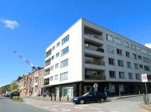 Op de derde verdieping met een prachtig zicht op de Sint Baafskerk en de Torhoutse Steenweg. Mooi appartement met veel licht inval en veel ruimte. Rui