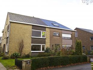 Licht en ruimte zijn troef in deze woning gelegen vlakbij de Damse vaart.<br /> Vooraan en achteraan tuin(met visput) - oprit en ruime garage met berg