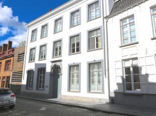 Standingvol én kleinschalig recent project met een aantal royale luxe-appartementen aansluitend op een stijlvolle 18e eeuwse gevel in Louis XV-