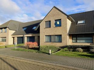 Woning te huur in Zedelgem (zeer rustig gelegen) met mooie tuin, ruime garage en 3 slaapkamers.Glv : Inkom - toilet - living met schuifdeur naar terra