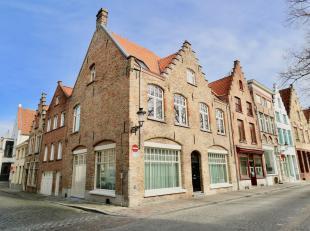 Pittoreske ligging in de oudste kern van het Brugse ei, tussen Lange Rei, Gouden Handrei en Woensdagmarkt. Patriciërswoningen, trap- en tuitgevel