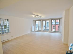 Verzorgd en centraal geronoveerd gelegen appartement met ruime woon en eetplaats, terras en 3 slpk. ( opp.135m²) Op WANDEL AFSTAND van grote mark
