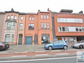 Ruime handelsruimte van 75 m² aan de Gistelse steenweg in het centrum van Sint-Andries. Dit handelspand omvat een ruime ruimte met een vitrine, s