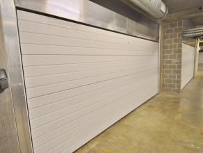Deze super ruime garage in het centrum van Brugge kan 4 wagens stallen. Bijkomend voordeel de garage heeft een ruime geautomatiseerde poort, elektrici