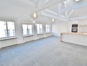 Volledig vernieuwd appartement! Omvattende woonkamer met veel lichtinval, nieuwe keuken met alle toestellen, 2x bergingen, badkamer bestaande uit inlo