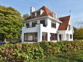 Goed en comm gelegen villa met grote tuin en tevens parking, inkomhal met traphal, ontvangstruimte, wc met vestiaire,ruime living met open haard, keuk