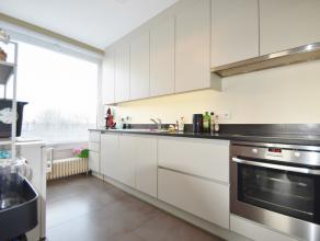 Dit ruim appartement is volledig gerenoveerd. Bestaande uit inkom, gastentoilet, ruime woonkamer met veel lichtinval, keuken, badkamer (inloopdouche +