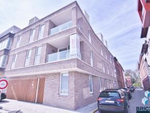 Nieuwbouw appartement op wandelafstand van 'T Zand en Station van Brugge. Het appartement omvat inkom, ruime woonkamer met open keuken, terras van 5 m