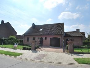Rustig gelegen villa met tuin bestaande uit ruime inkom met gasten toilet, woonkamer, ingerichte keuken met alle installaties, berging, garage en buit