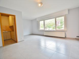 Dit vernieuwd en gezellig appartement omvattende ruime inkom, woonkamer, keuken, volledig vernieuwde badkamer, gastentoilet, twee volwaardige  slaapka