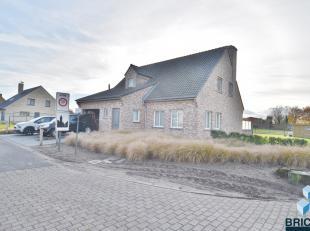 Ruime villa met zicht op de velden dichtbij Knokke en Brugge omvat een ruime inkom met gastentoilet, woonkamer, ingerichte open keuken, berging, badka